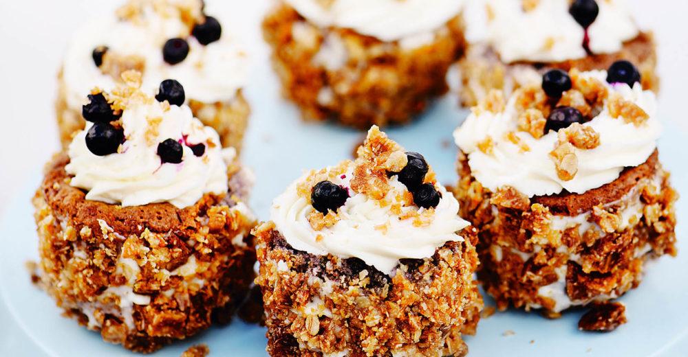 De här muffinsen blir riktigt saftiga, och genom att dekorera dem med crunch och färskost får du både en syrlighet och ett härligt, knaprigt tuggmotstånd när du biter i dem!