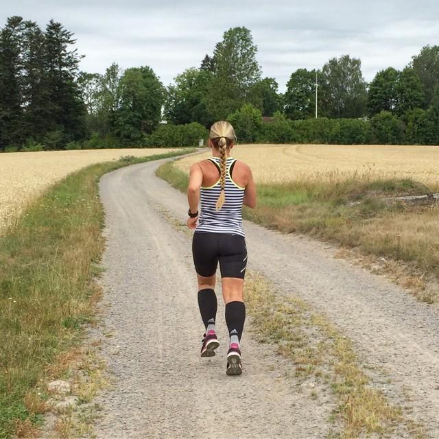 Vickan springer på grusväg