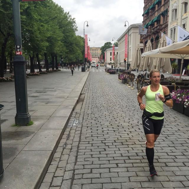 Vickan springer på Karl Johan