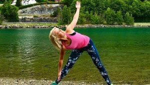Yoga på en strand i Norge