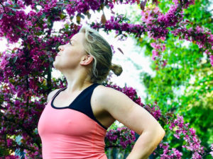 Yoga under purpurapeln