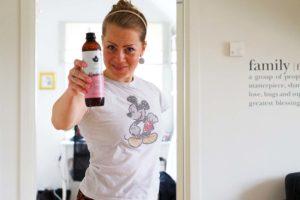 Karin Axelsson dricker Kombucha från Pureness